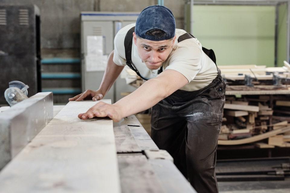 Motiveret håndværker på arbejde som vikar i Odense