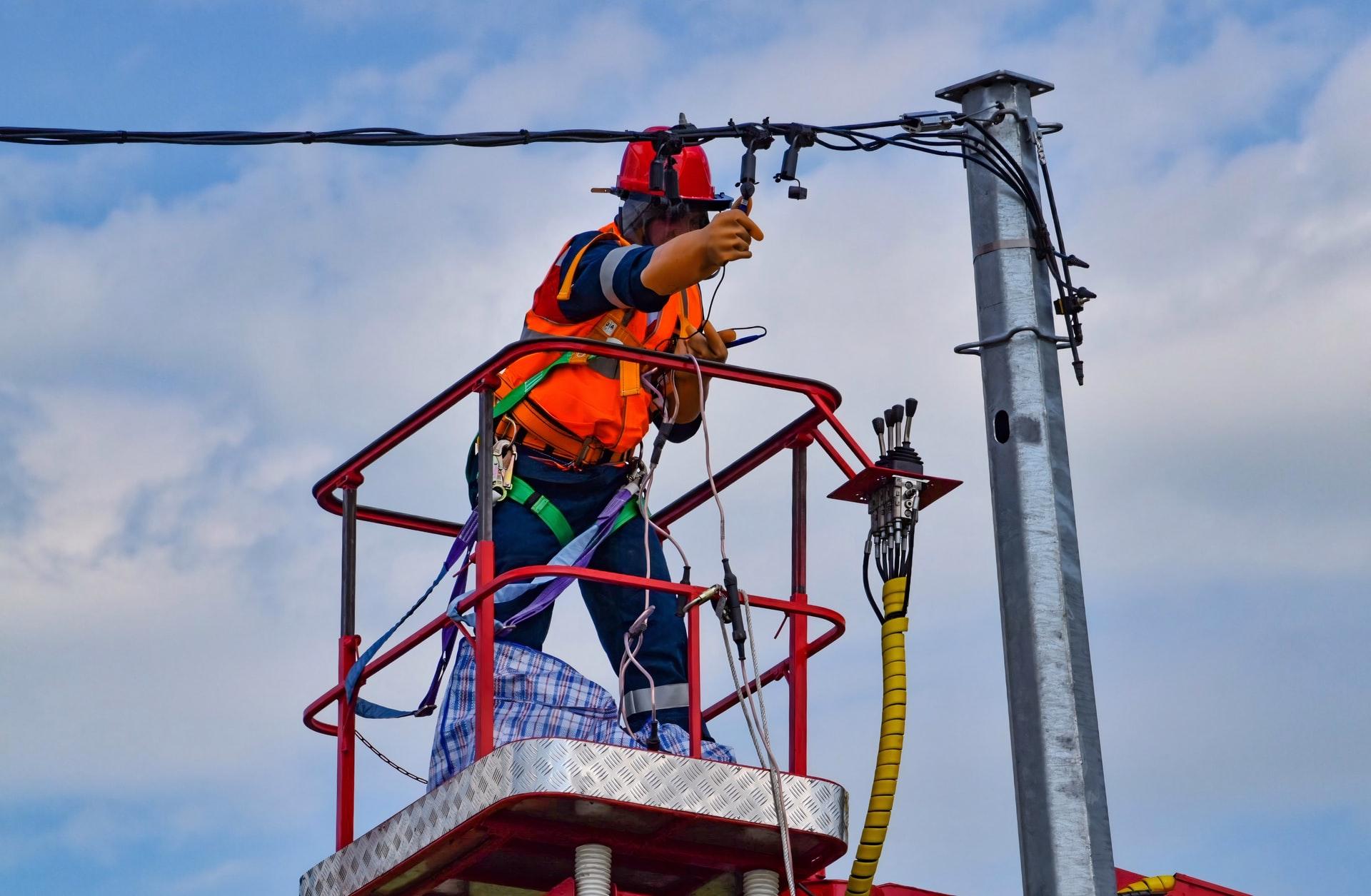 Elektrikervikar på arbejde
